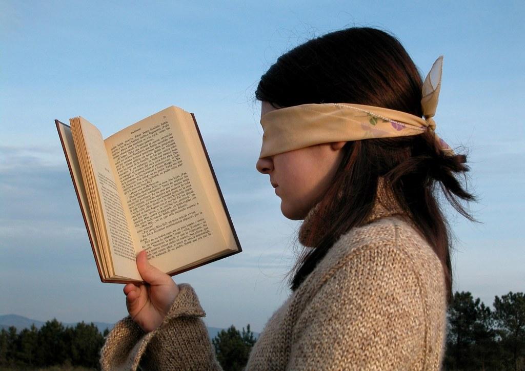 Lesen mit verbundenen Augen